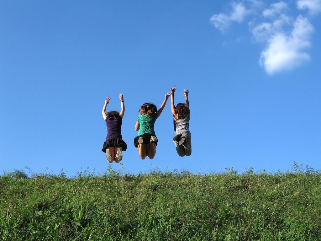 Jovenes saltando