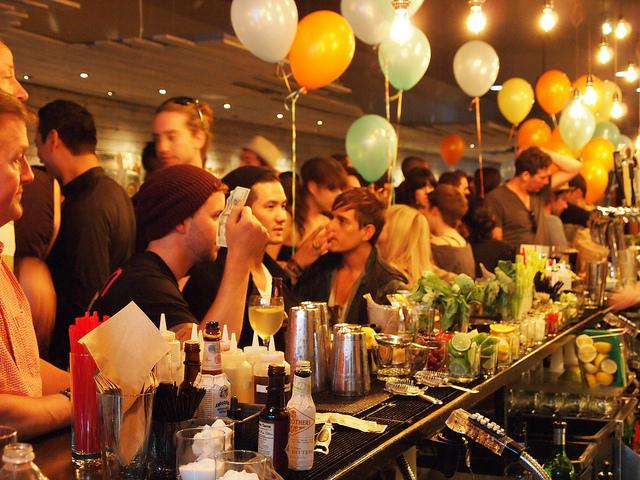 gente en bar